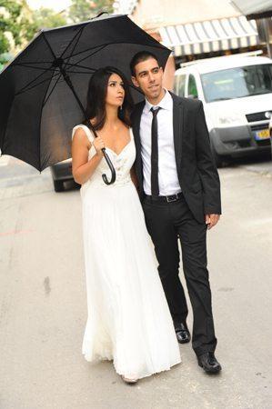 חתן וכלה עם מטרייה