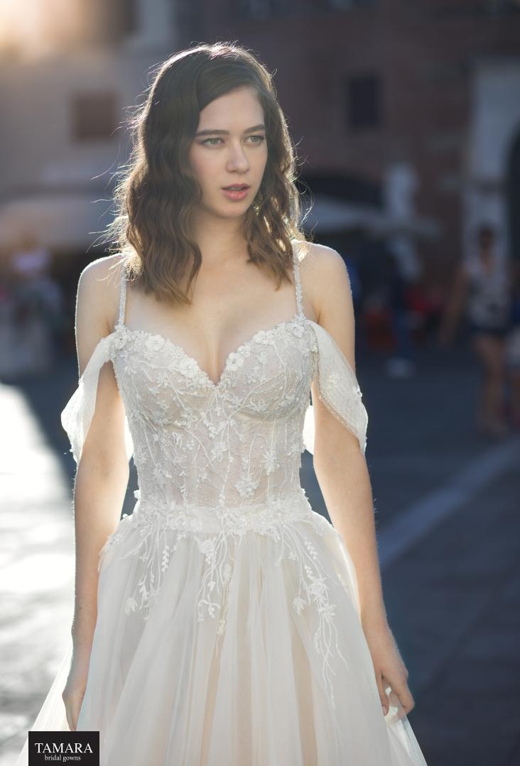 שמלת כלה עם כתפיות ושרוולים נופלים