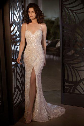 שמלת כלה צמודה עם שסע