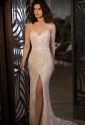 שמלת כלה מתחרה עם שסע