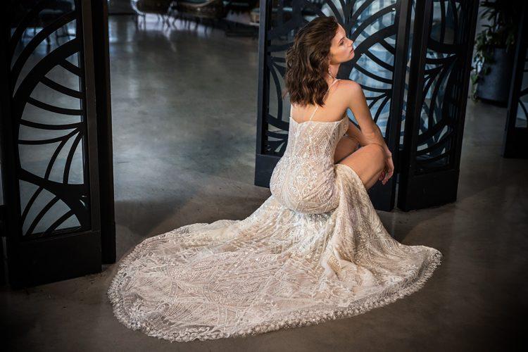 שמלת כלה עם שובל נוצץ
