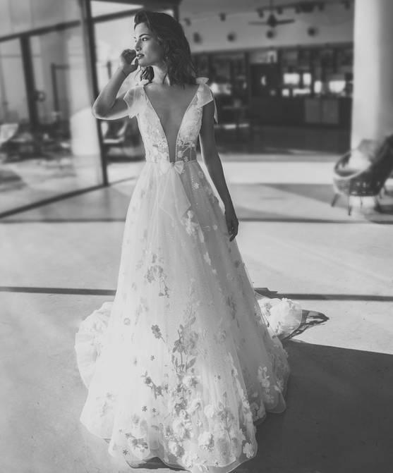שמלת כלה עם פרחים רקומים