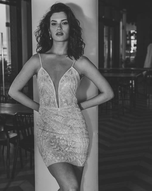 שמלת מיני מחשוף עמוק