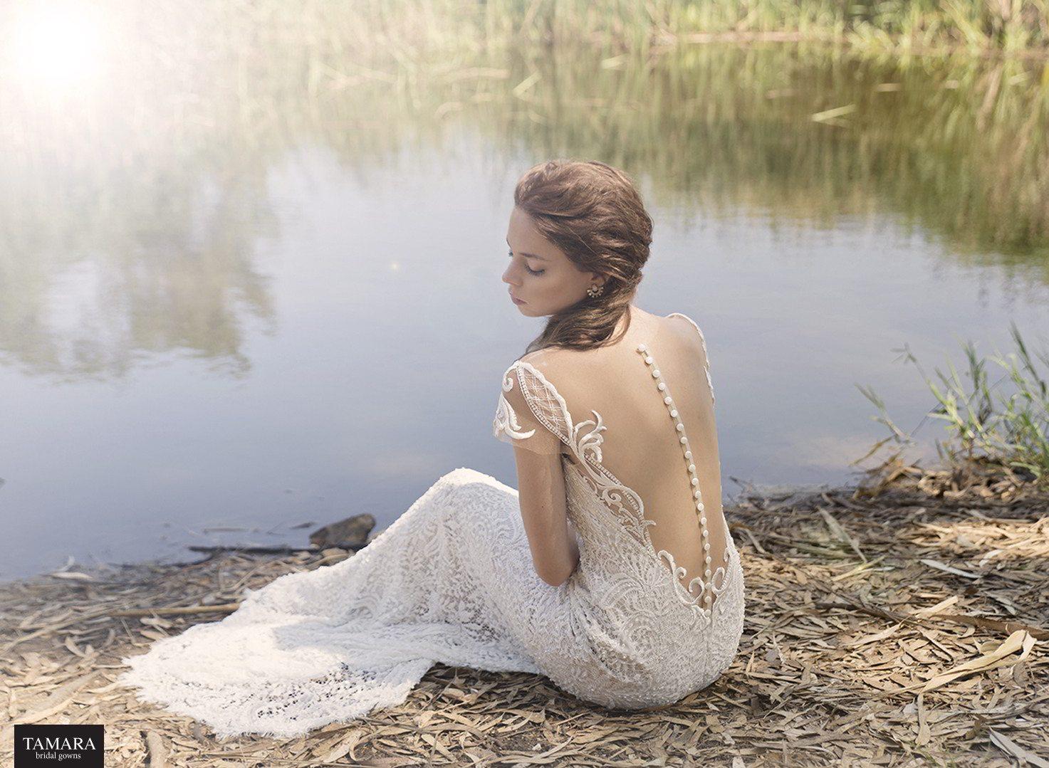 שמלת כלה מתחרה עם כפתורים בגב